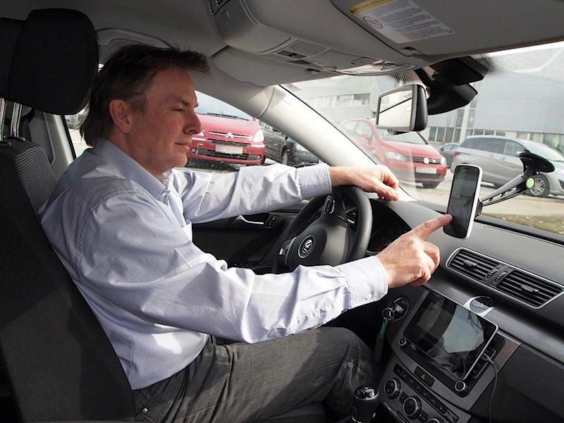 Verkehrsteilnehmer im Dialog: Siemens-Forscher Fritz Kasslatter testet die