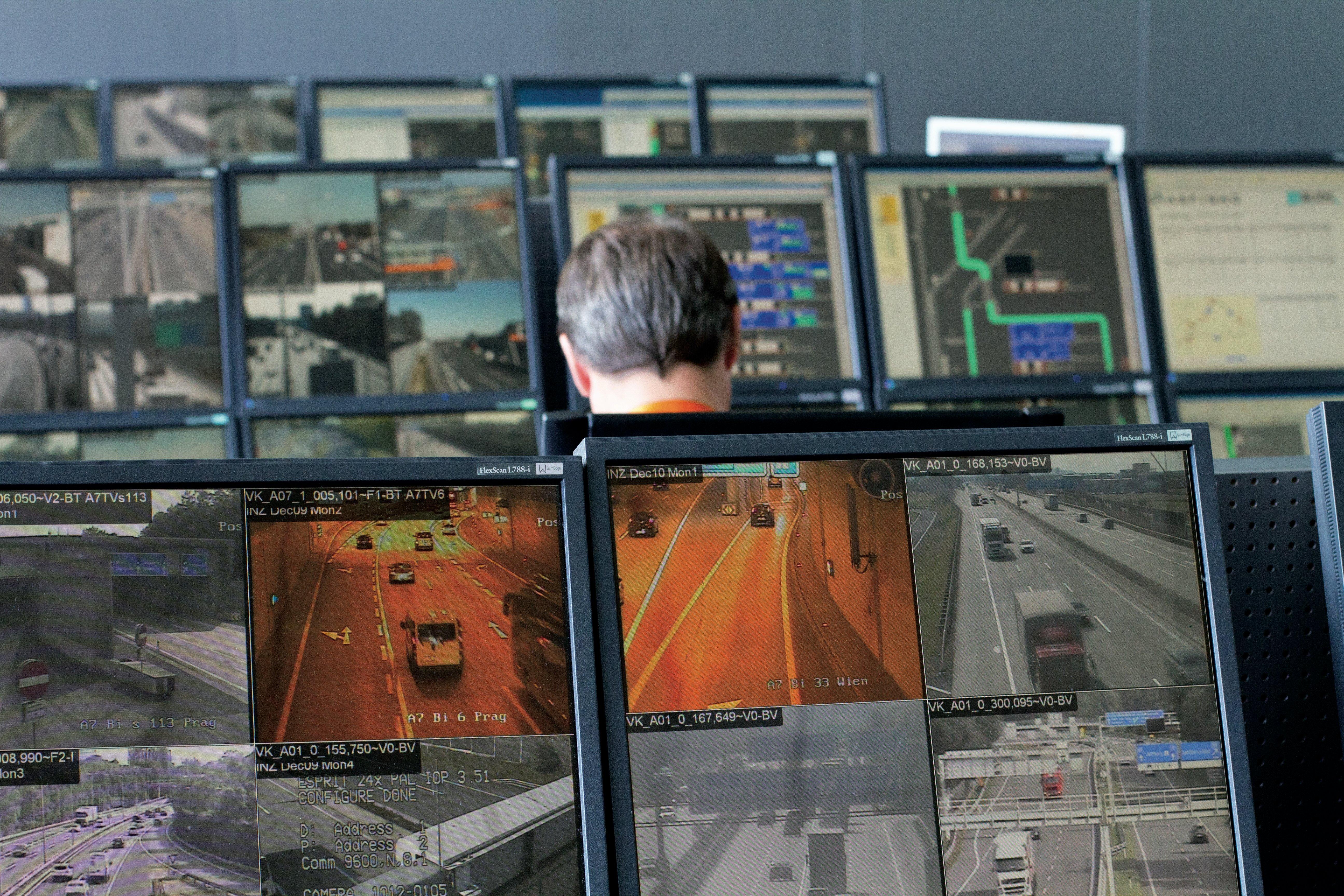 Monitore der Verkehrsleitzentrale beim Internet-der-Fahrzeuge-Test in Österreich.