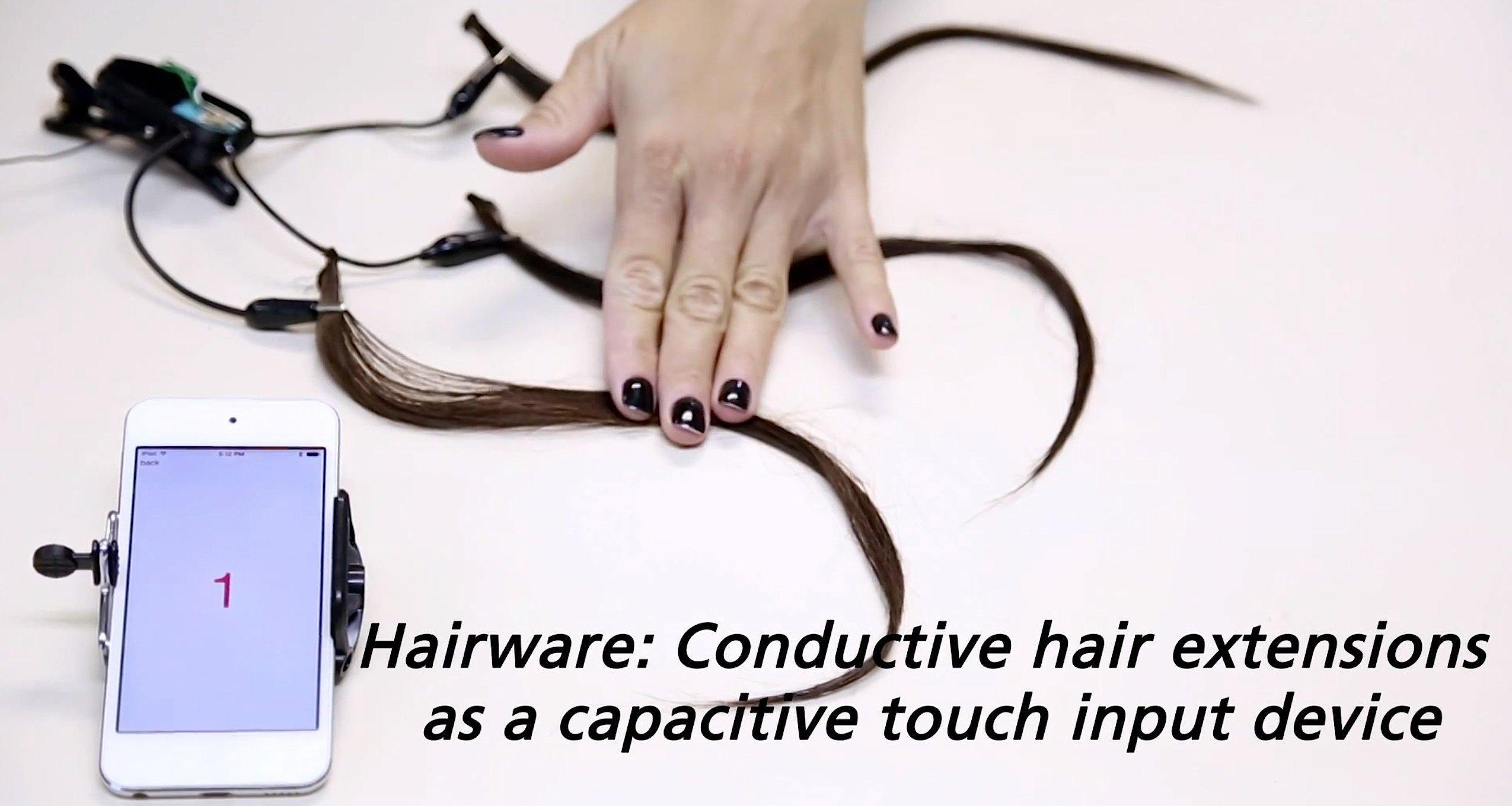 Durch Berührung der künstlichen Haarsträhnen wird ein Signal ausgelöst, das per Bluetooth an ein Smartphone übertragen wird. Dadurch können Frauen sogar unbemerkt einen Notruf auslösen.