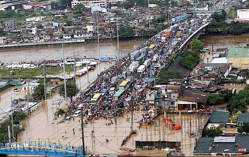 Regelmäßig werden die Philippinen von Überschwemmungen heimgesucht. Dann bricht auch das Verkehrssystem zusammen. Mit einem schwimmenden Dreirad will das Start-up H2O zumindest die Transportprobleme lösen.