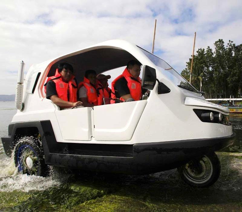 Das Dreirad Salamander hat eine Kunststoffkarosserie, mit der das Fahrzeug auch durchs Wasser schwimmen kann.