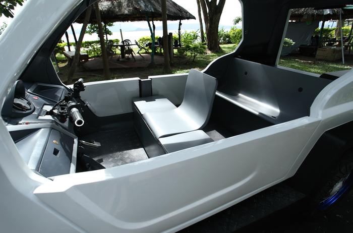 Blick in den Innenraum des Salamander: Die Passagiere sitzen mit Ausnahme des Fahrers auf einfachen Pritschen. Sechs Personen sollen mit dem Trike fahren können.