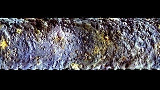 Dieses Mosaik zeigt den Zwergplaneten Ceres in Falschfarben: Mit sieben Farbfiltern an Bord des Kamerasystems der Raumsonde Dawn analysieren die Planetenforscher in verschiedenen Wellenlängenbereichen, wie Ceres das Licht reflektiert. Die Daten stammen dabei aus der Anflugphase, als Dawn sich dem Zwergplaneten näherte, um am 6. März 2015 in die Umlaufbahn um Ceres einzuschwenken.