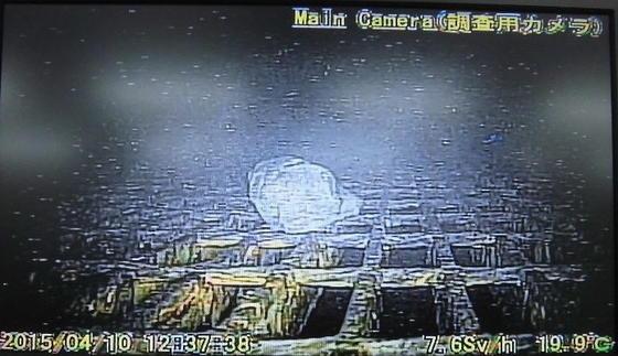 Bilder aus dem Unglücksreaktor von Fukushima: Erstmals machte ein Roboter Aufnahmen im extrem verstrahlten Innern der Anlage. Der Roboter leuchtete seinen Weg aus und filmte seine Umgebung. Jetzt ist er im Reaktorblock 1 zurückgelassen worden.