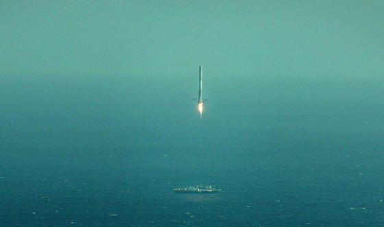 Die Landung war zu hart: Die Falcon9-Rakete des Raumfahrtunternehmens SpaceX trifft beim Versuch im April 2015 zwar die Plattform im Meer, kippt aber anschließend um.