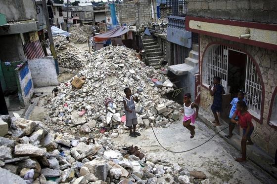 Spielende Kinder in der vom Erdbeben stark beschädigten Hauptstadt Haitis,Port-au-Prince: Mit Hilfe der GPS-Sensoren von Smartphones wollen US-Forscher Erdbeben früher vorhersagen und die Bevölkerung warnen.