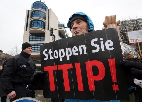 Protest gegen das Handelsabkommen TTIP vor der SPD-Zentrale in Berlin:Mario Ohoven, Präsident des Bundesverbands mittelständische Wirtschaft, hält die Schiedsgerichte für gefährlich. Sie könnten US-Konzernen die Möglichkeit einräumen,Europa mit Entschädigungsklagen zu überziehen.