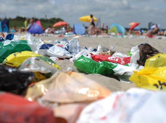 Deutschland droht die Plastikflut: Entwickelt sich der Konsum weiter wie bislang, sind in fünfzehn Jahren 12.227.000 Tonnen an Kunststoffen im Umlauf. 28 Prozent mehr als 2013.
