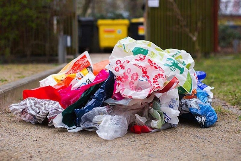 Besonders Plastiktüten sind ein Problem: Milliarden Tüten landen EU-weit meist nach einmaliger Benutzung im Müll.