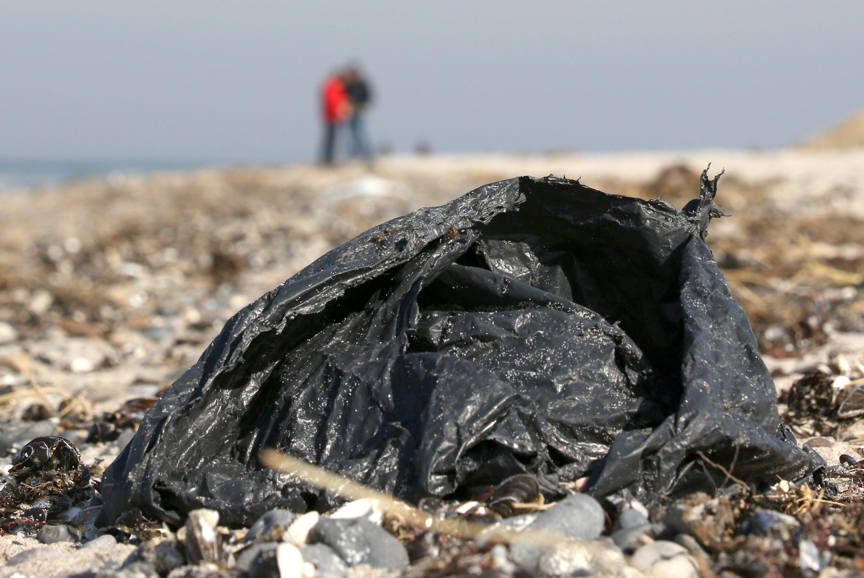 Plastiktüte am Strand: Plastik, das im Meer schwimmt, vergiftet mit Plastikpartikeln Lebewesen und setzt bei der Verwitterung Schadstoffe frei.