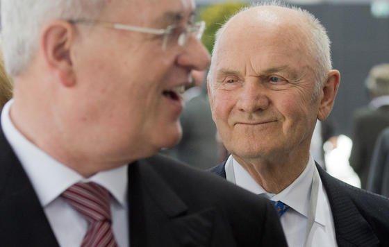 Da war die VW-Welt noch in Ordnung: VW-Chef Martin Winterkorn (li.) und der Aufsichtsratsvorsitzende der Volkswagen AG, Ferdinand Piech kommen im Mai vergangenen Jahres gemeinsam zur Hauptversammlung des Konzerns in Hannover.