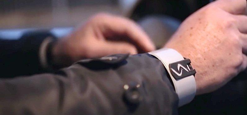 Der Sensor kann einfach wie ein Armband getragen werden. Oder am Fuß. Oder an der Unterwäsche befestigt. Wichtig ist nur, dass er direkten Hautkontakt hat.