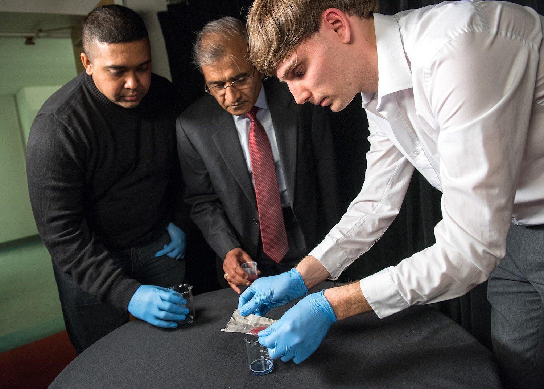 Die Forscher Dave Maharaj (von links),Bharat Bhushan und Philip Brown haben die neue Technologie zur Trennung von Öl von Wasser entwickelt.