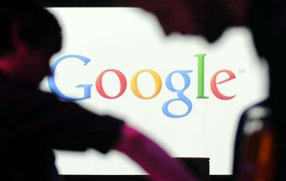 Das Firmenlogo von Google in der Niederlassung in Berlin: Ab heute, 21. April 2015, werden Webseiten, die schlecht auf Mobilgeräten dargestellt werden, im Ranking abgewertet.