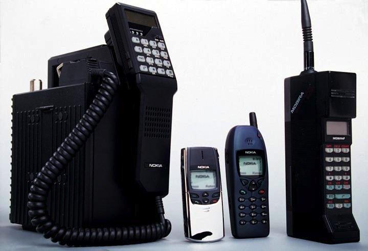 Nokia-Produkte aus der Vergangenheit: Mobira Walkman, Nokia 8810, Nokia 6110 und Mobira Cityman.