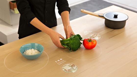 Tischplatte mit integriertem Herd:Die smarte Tischplatte kann Zutaten wiegen, aber auch gleich Kochen oder Rezepte vorschlagen.