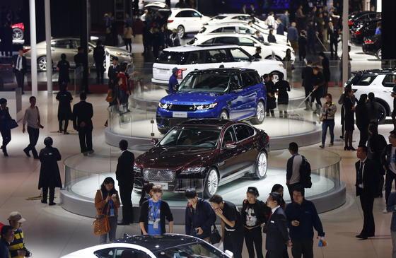 Blick über die 16. Shanghai Auto Show: Die chinesische Automesse präsentiert besonders viele SUV mit Hybridantrieb, die speziell für den asiatischen Markt gedacht sind und teilweise in Europa nicht zu haben sind.