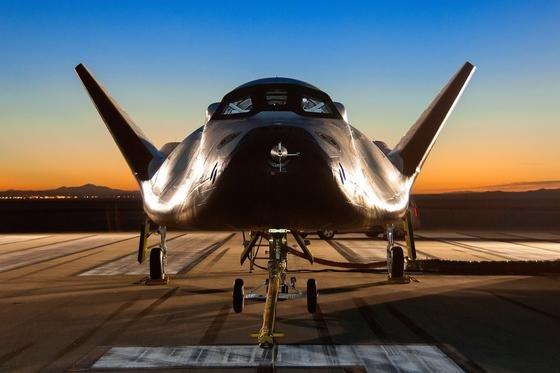 Der Dream Chaser der Sierra Nevada Corporation (SNC) auf der Landebahn am Dryden-Flight-Research-Center der NASA.