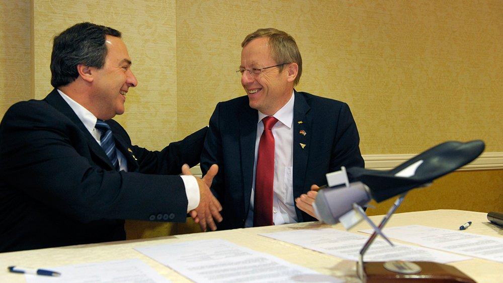 SNC-Chef Mark Sirangelo (li.) und DLR-Chef Prof. Jan Wörner bei der Unterzeichnung der Kooperationsvereinbarung: Sie knüpft an das Abkommen aus dem Jahr 2013 über die einjährige technische Zusammenarbeitzur Weiterentwicklung des Dream Chaser an.