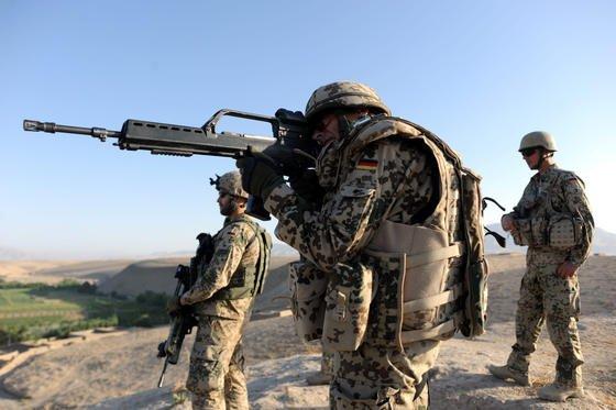 Ein Bundeswehrsoldat in der Nähe von Charrah Darreh nahe Kundus mit einem Sturmgewehr G36 im Anschlag: Bei Hitze und im Dauerfeuer soll die Standardwaffe der deutschen Streitkräfte nicht treffsicher sein.