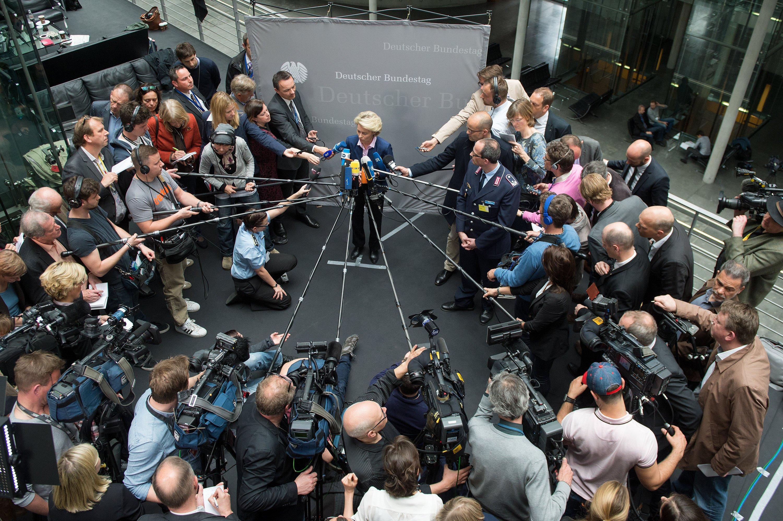 Von Journalisten umzingelt: Bundesverteidigungsministerin Ursula von der Leyen (CDU) gibt am 22. April 2015 in Berlin nach der Beratung des Verteidigungsausschusses über das Gewehr G36 ein Statement ab.