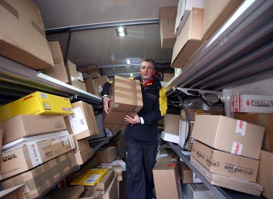 Paketzustellung: Postboten klingeln oft vergeblich an der Haustür. Gemeinsam haben DHL, Amazon und Audi deshalb einen Logistik-Service entwickelt, bei dem derKofferraum des Kunden als Schließfach für die Lieferung fungiert.