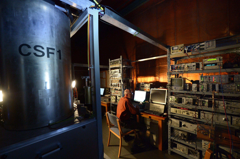 Atomuhr CSF 1 in der Physikalisch-Technischen Bundesanstalt (PTB) in Braunschweig: Mikrowellenstrahlen versetzen Caesiumatome in Schwingung. Die Frequenz ist Taktgeber der Uhr.
