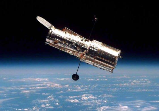 Das Weltraumteleskop Hubble im Einsatz: Aus 569 Kilometer Höhe liefert es seit 1990 Bilder aus dem tiefsten Inneren des Universums.