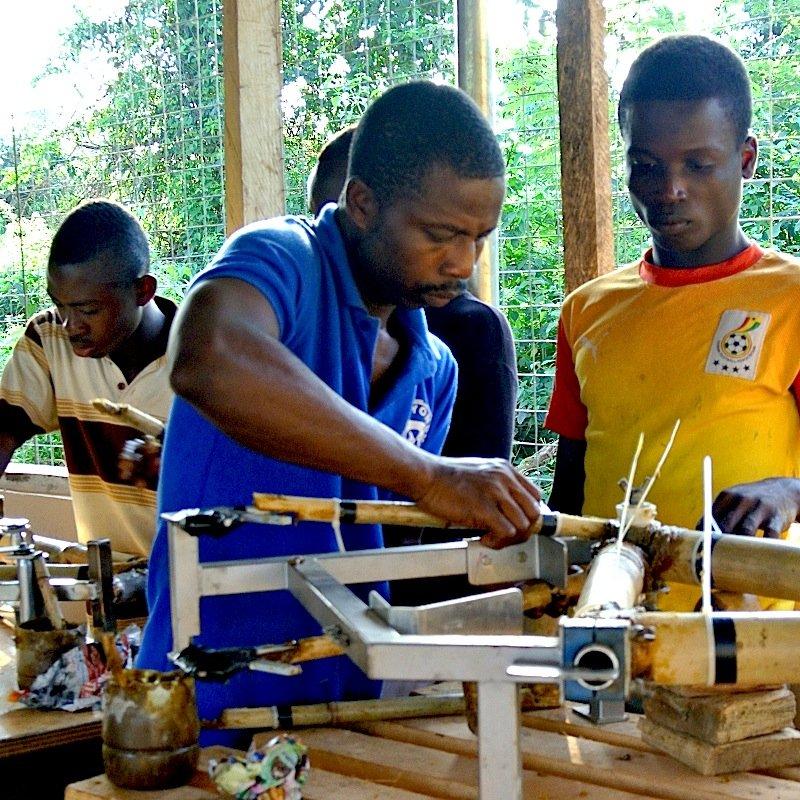 Ein Unternehmen in Ghana produziert die Bambusrahmen. In jedem Exemplar stecken 90 Stunden Handarbeit.