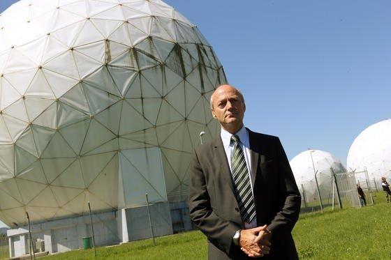 Der Präsident des Bundesnachrichtendienstes (BND), Gerhard Schindler, steht vor Empfangsanlagen in der BND-Außenstelle nahe der Mangfall-Kaserne. An dieser Dienststelle wird unter anderem die Aufklärung von über Funk geführter Telekommunikation betrieben.