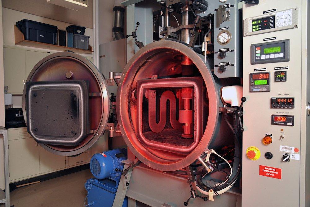 Als Verfahren bei der Herstellung von Spinell wird am US Naval Research Laboratory (NRL) Sintern eingesetzt