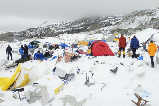 Das Erdbeben in Nepal forderte auch Todesopfer auf dem Mount Everest. Im Basislager starben nach bisherigen Informationen 18 Menschen. Aktuell wird von insgesamt mehr als3200 Toten und 6500 Verletzten ausgegangen.