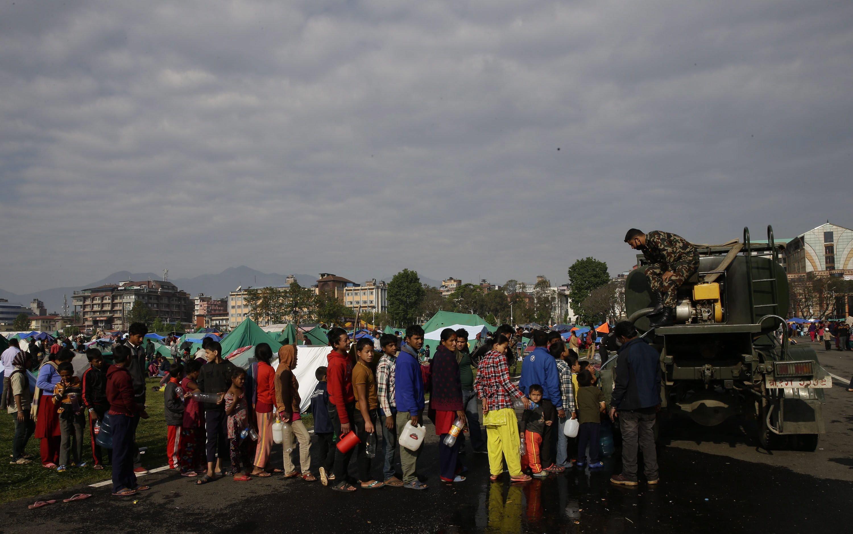 Überlebende des Erdbebens besorgen sich am 27. April in Kathmandu Wasser von einem Lastwagen der Army.