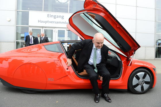 FerdinandPiëchmit dem VW Ein-Liter-Auto XL1: Der VW-Patriarch hat auch nach seinem Rücktrittnoch einen Joker in der Hand. Er besitzt VW-Stammaktien im Wert von 4,6 Milliarden Euro. Steigt er als Aktionär aus, könnte das Machtkämpfe im Konzern auslösen.