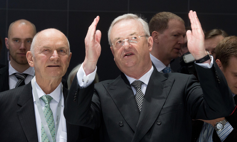 Der Machtkampf zwischen dem bisherigen Aufsichtsratsvorsitzende der Volkswagen AG, Ferdinand Piëch(l.), und Konzernvorstandschef Martin Winterkorn ist entschieden:Piëch trat am Wochenende zurück, nachdem ihm dasVW-Aufsichtsratspräsidium das Vertrauen entzogen hatte.