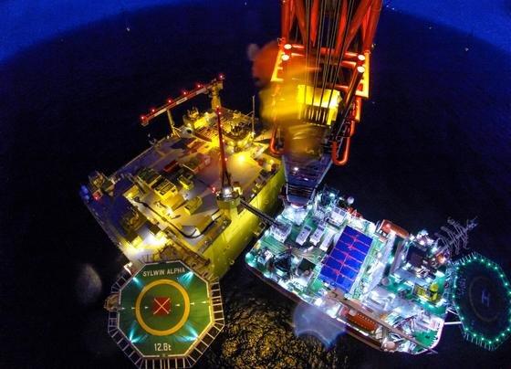 Montage der Konverterstation SylWin1 in der Nordsee: An die Station, die jetzt in Betrieb geht, sind drei Windparks mit einer Kapazität von864 Megawatt angeschlossen. Die Station wandelt den Windstrom für den Transport an Land in Gleichstrom um.