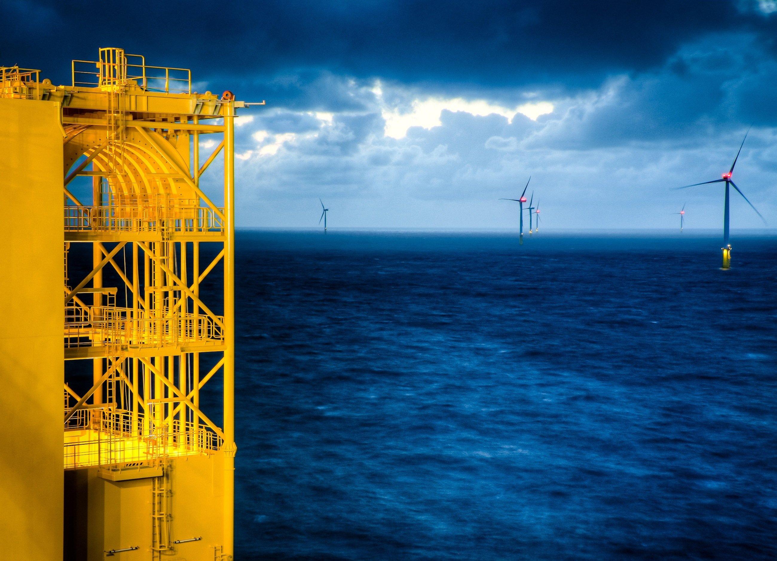 Über die Netzanbindung SylWin1 70 km westlich von Sylt wird der Strom der drei Windparks Butendiek, Dan Tysk und Sandbank ans Festland gebracht. Die 232 Siemens-Windturbinen werden künftig Strom zur Versorgung von über einer Million Haushalte liefern.