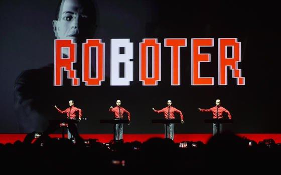 """Die 1970 gegründete Band Kraftwerk am 6. Januar 2015 auf der Bühne der Neuen Nationalgalerie in Berlin. Vor dem Hamburger Landgericht musste Kraftwerk-MitgründerRalf Hütter jetzt eine Niederlage im Streit um den Namen der Elektropop-Gruppe einstecken. Ein Start-up darf seine Erfindung ebenfalls """"Kraftwerk"""" nennen."""