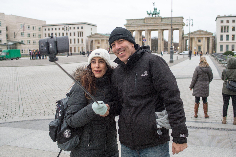 Touristen mit Selfie-Stick vor dem Brandenburger Tor in Berlin: Das Gadget gehört mittlerweile weltweit zum Stadtbild.