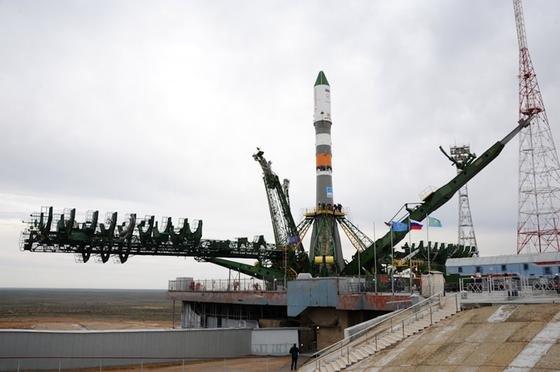 Die Sojus-Rakete mit dem Raumtransporter Progress 59 kurz vor dem Start in Baikonur: Der Transporter ist wegen einer nicht korrekt gezündeten Raketenstufe in einer falschen Umlaufbahn unterwegs. Die Bodenstation der ISS versucht, den Progress-Transporter unter Kontrolle zu bekommen.