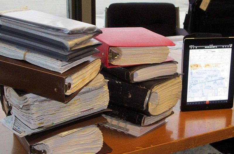 """Fast 20 Kilogramm Papier spart die Nutzung eines Tablets als """"Pilotenkoffer"""" ein."""