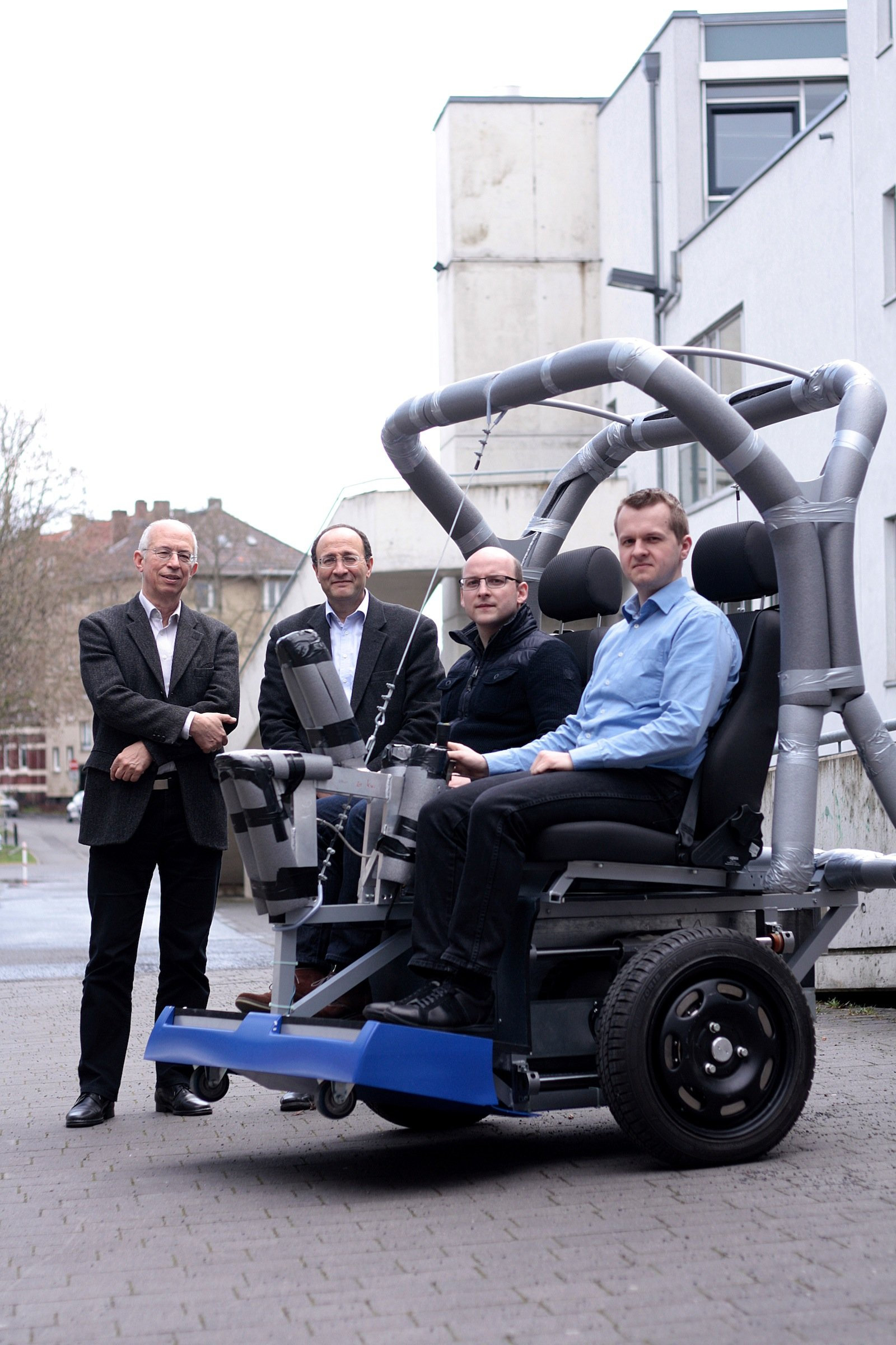 Ein Teil des Projektteams präsentiert das elektrisch betriebene Fahrzeug: Prof. Dr. Ludwig Brabetz, Dr. Mohamed Ayeb, Martin Schelhas und Paul Oborowski (v.l.). Mit Verlaub: An Größe und Ästhetik des Vehikels sollten die Herren noch ein wenig arbeiten.