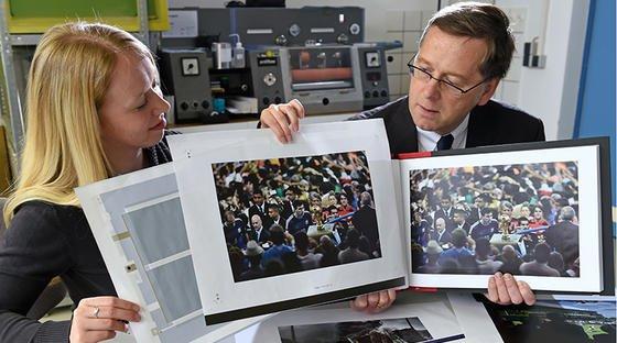 Maxi Bellmann und Prof. Arved Hübler von der TU Chemnitz präsentieren das T-book: Die Seiten des Bildbandes mit den besten Pressefotos der Welt wurden im Inneren der Blätter mit gedruckten Lautsprechern versehen.