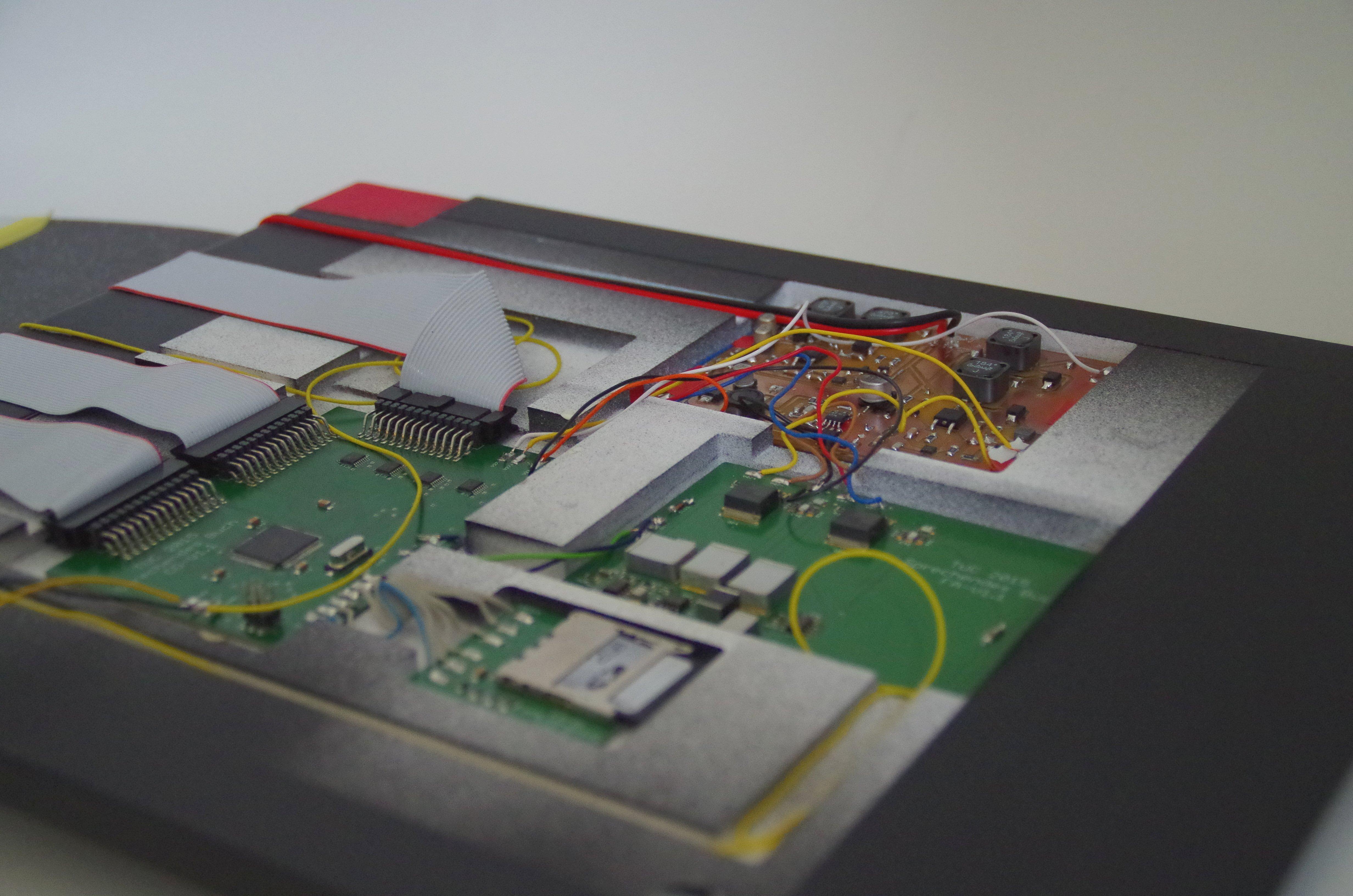 Batterien, SD-Karte und Steuerelektronik stecken in der Buchdecke.