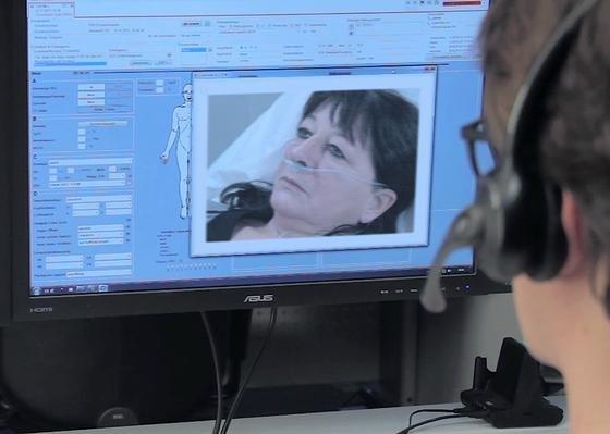 Der Telenotarzt hat Zugriff auf alle Vitaldaten des Patienten, die in Echtzeit von allen Geräten im Einsatz übertragen werden. Zudem kann der Notarzt die Patienten über eine Kamera im Rettungswagen beobachten.