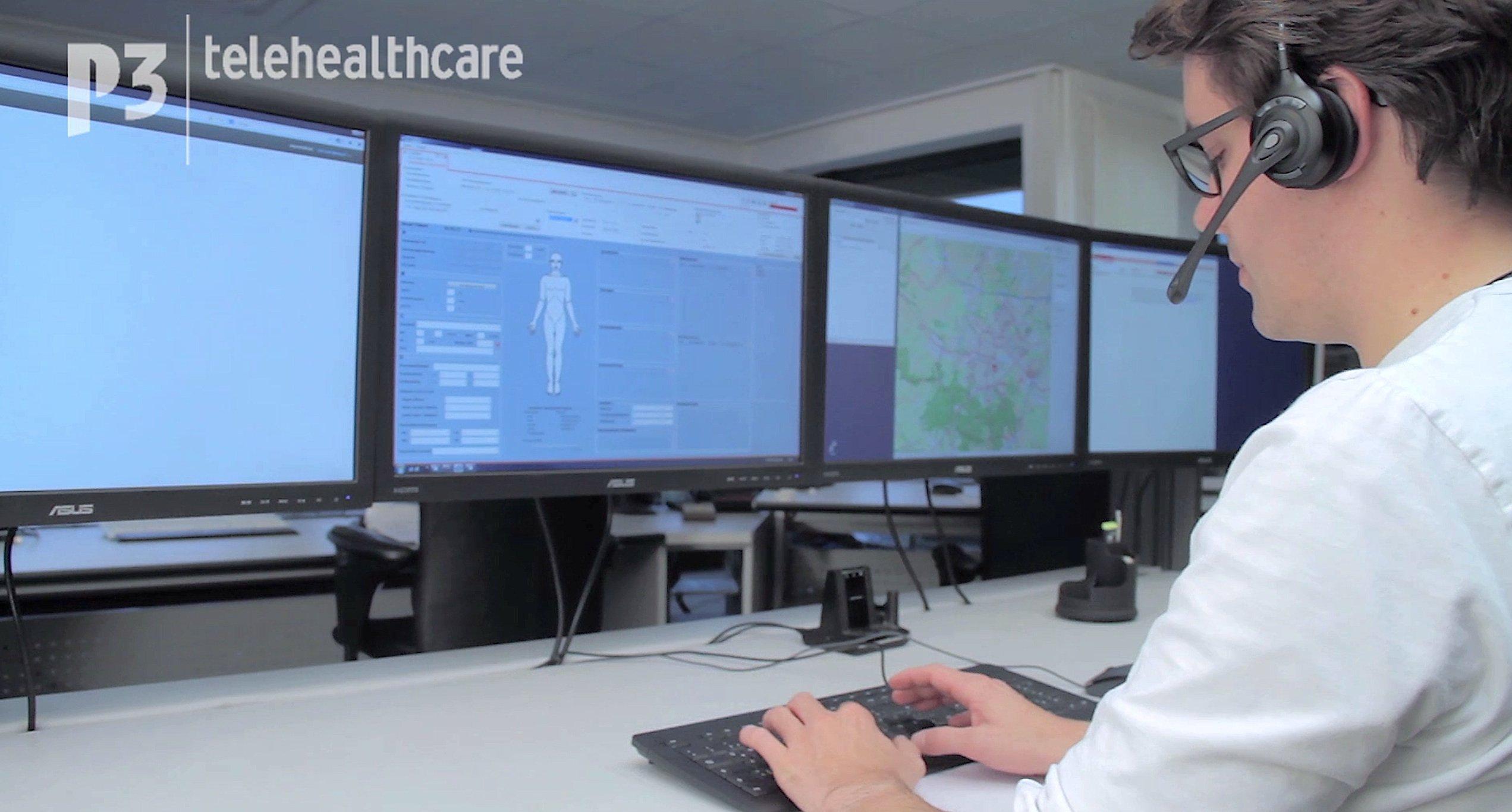 Aachener Telenotarzt in der Notfallzentrale: Rettungssanitäter können den Arzt über Funk hinzuziehen und so schon früher mit der Notfallbehandlung der Patienten beginnen. Auf dem Bildschirm hat der Telenotarzt Zugriff auf die aktuellen Patientendaten wie Blutdruck und Herzfrequenz.