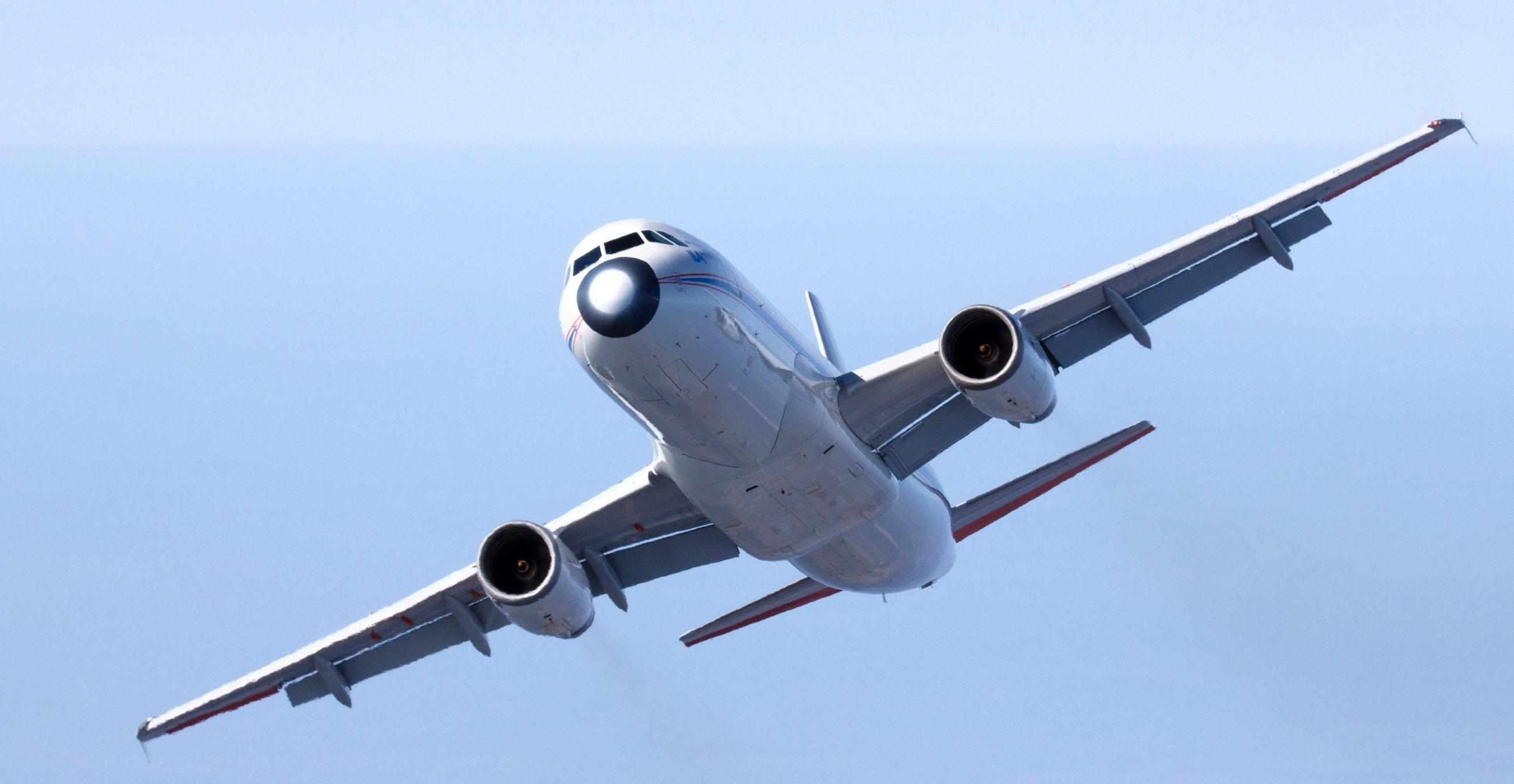 Während der Testflüge im A320 ATRA führten die Piloten rund 30 Überziehmanöver durch. Dabei wird die Nase des ATRA bei verringertem Schub so hochgezogen, dass der maximale Auftrieb erreicht wird. Deutlich sind die ausgefahrenen Landeklappen für das Langsamflugmanöver zu erkennen.
