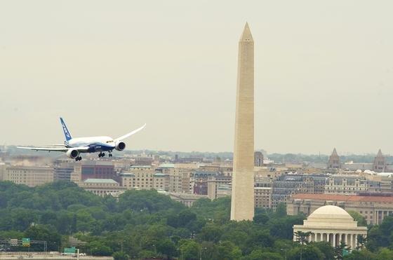 Ein Dreamliner von Boeing beim Flug über die amerikanische Hauptstadt Washington DC: Beim Dreamliner kann wegen eines Software-Problems die Stromversorgung ausfallen. Deshalb muss die Bordelektronik alle vier Monate neu gestartet werden.
