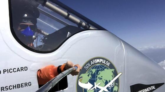 Die Pazifiküberquerung bedeutet für den Piloten der Solar Impulse Höchstbelastung: kaum Schlaf, tagsüber Hitze bis 40 Grad Celsius, nachts Kälte bis minus 20 Grad. Und das ohne Heizung im Cockpit.