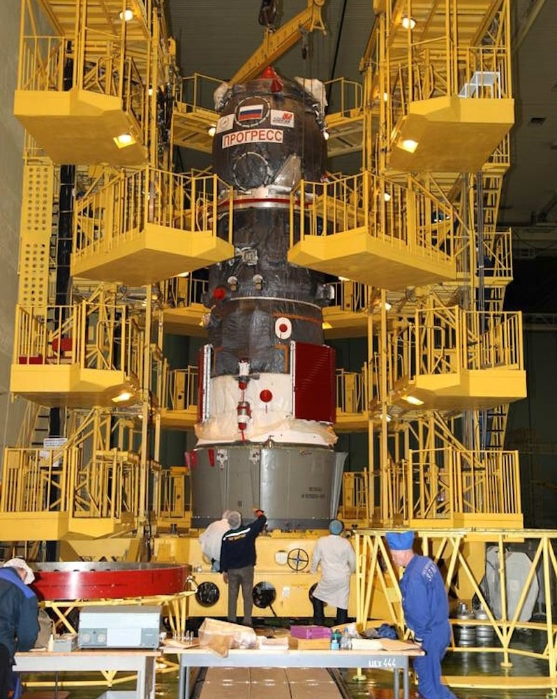 Beladen der russischen Progress-Kapsel mit Material für die ISS: Die Kapsel wird voraussichtlich am Samstag in den Atlantik stürzen.